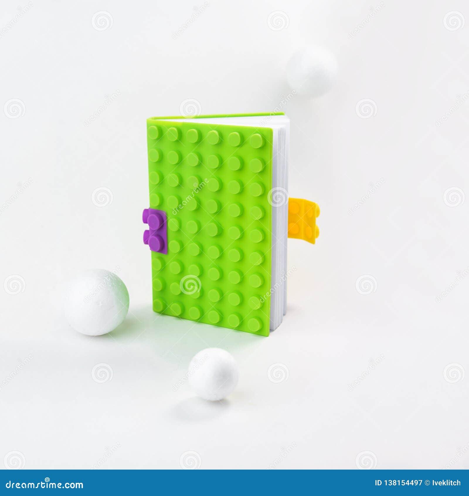 Творческий план сделанный из яркой ой-зелен тетради с белыми шариками вокруг Натюрморт, дело, канцелярские товары или школа образ