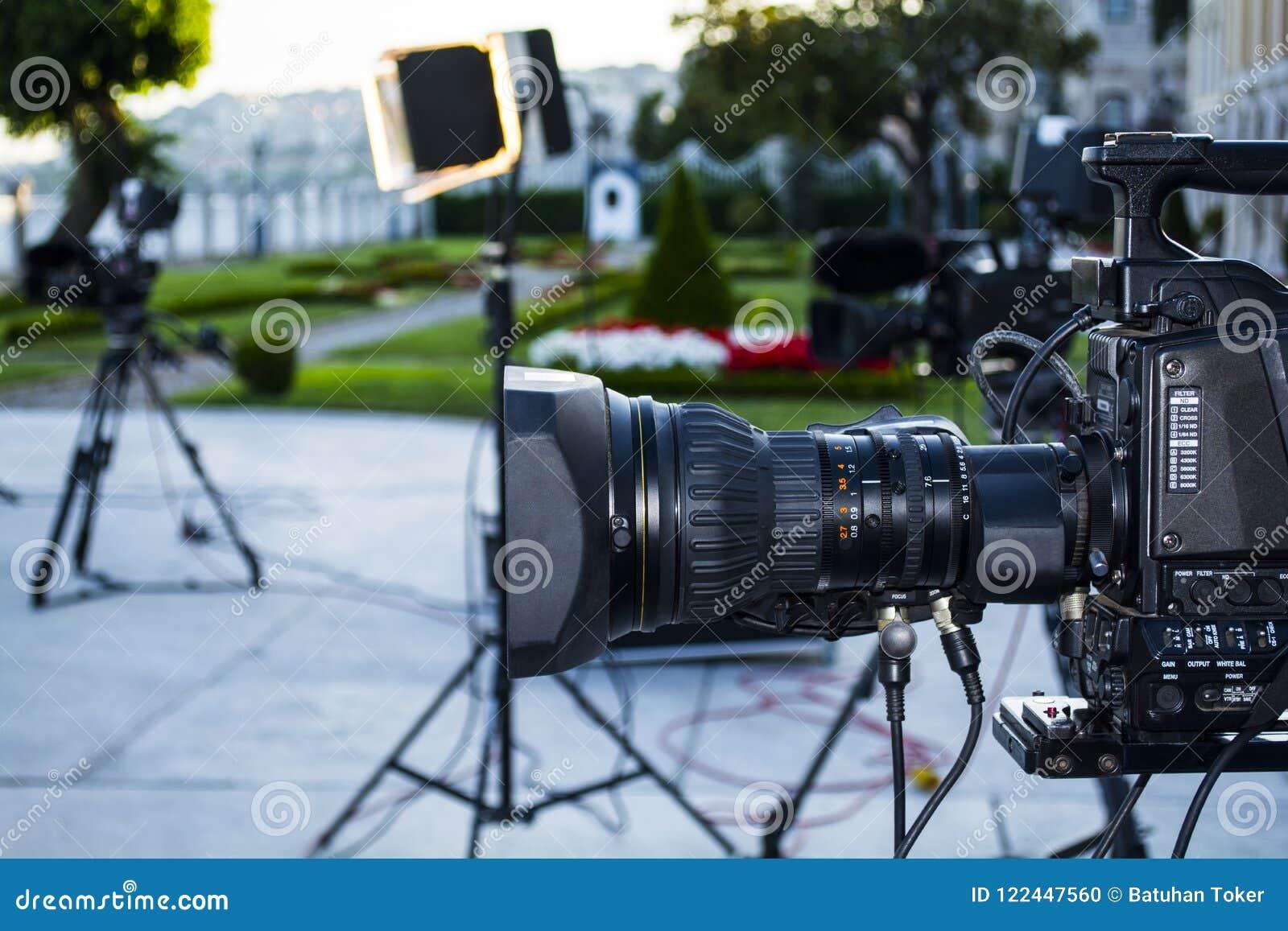 ТВ передачи; продукция камеры или видео стрельбы кино и фильм, команда экипажа ТВ с камерой