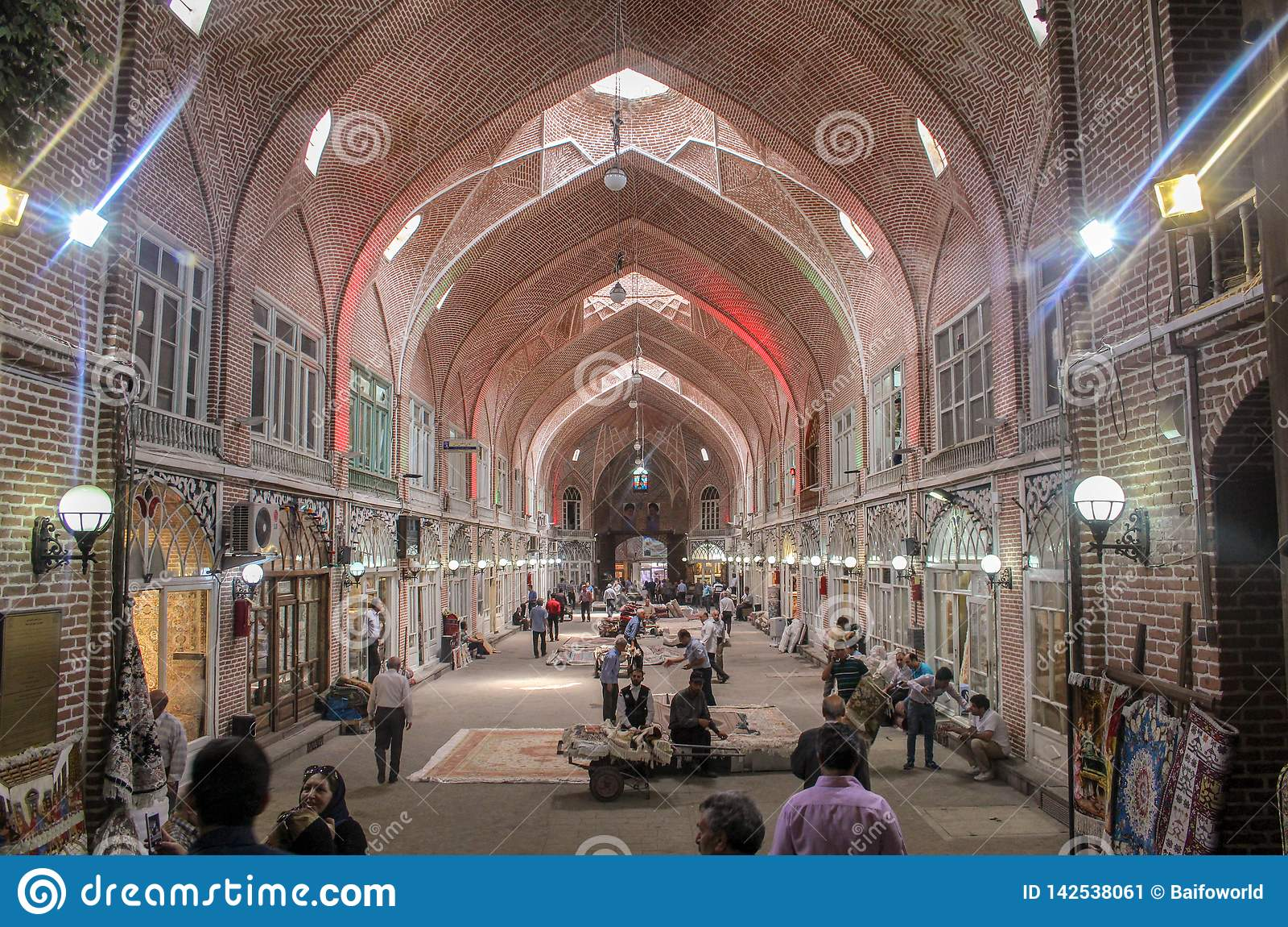 Тебриз, Иран - 10-ое июля 2017: Самый большой рынок мира в Тебризе, полный людей покупая в мусульманских магазинах Арабский базар