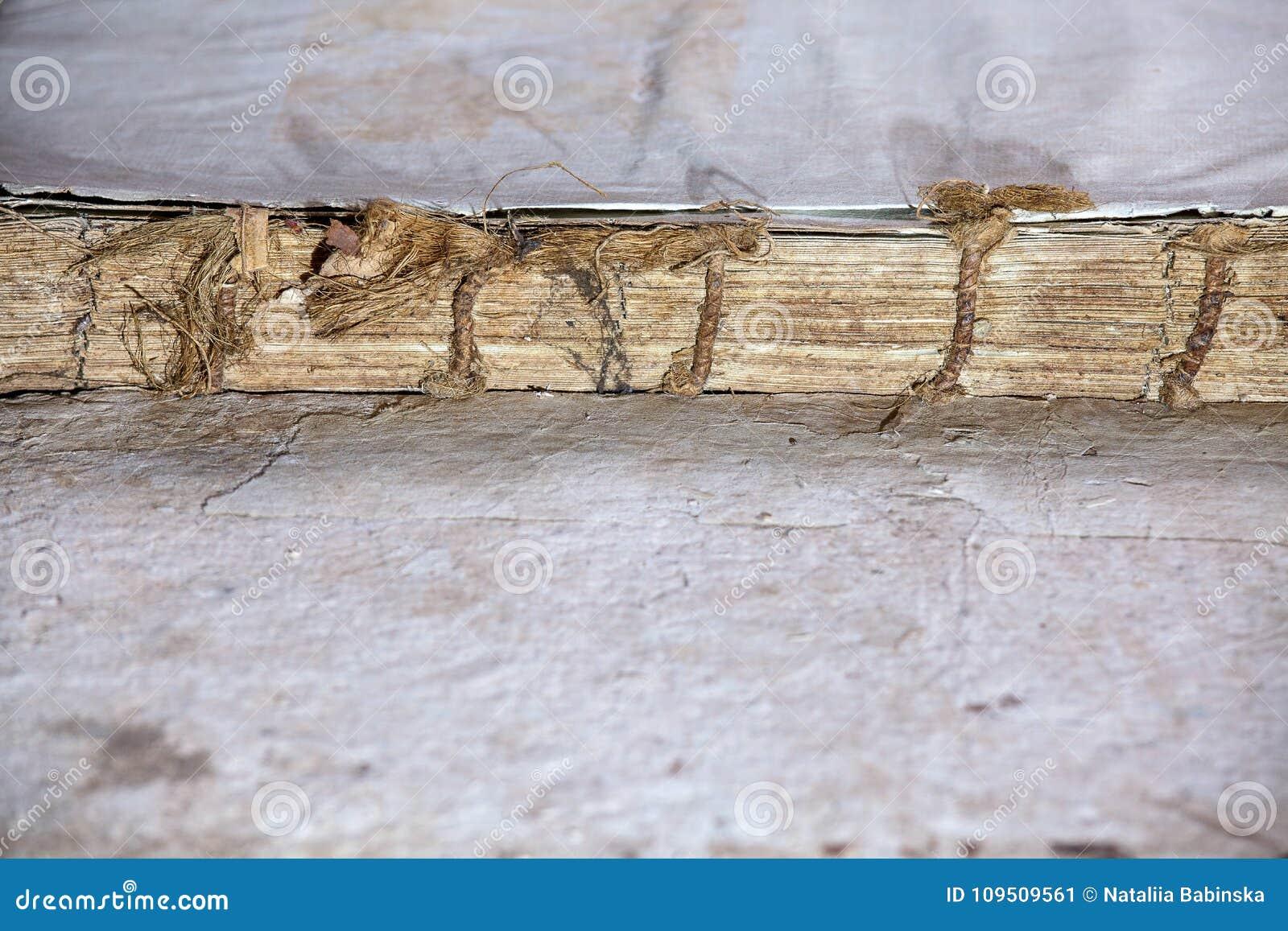 Текстура старой обложки книги винтажная изолировала письмо Yid черной рукописи предпосылки старой ветхой религиозной исторической
