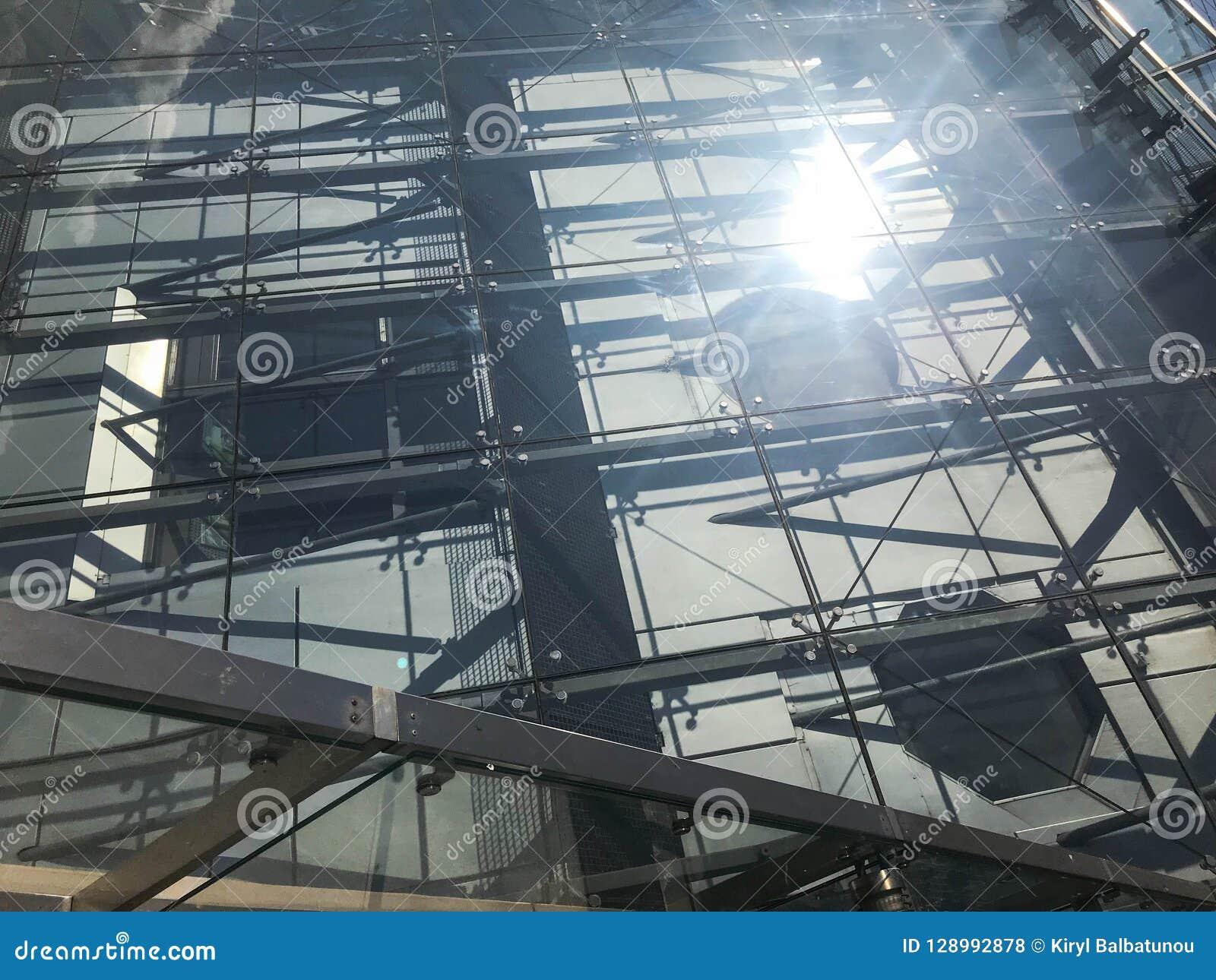 Текстура стеклянной прозрачной крепкой крыши здания небоскреба зелень gentile предпосылки абстракции