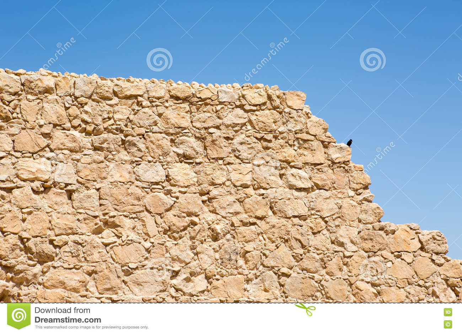 Текстура стены древней крепости с голубым небом