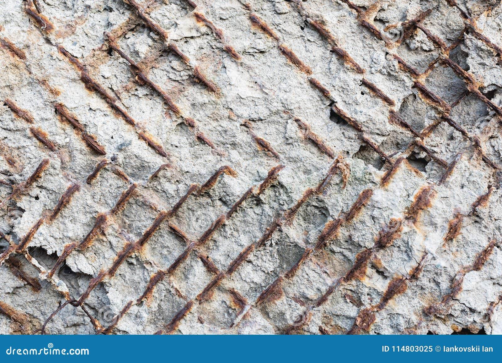 Текстурированная предпосылка старой бетонной стены с ржавым наружно удлиняя усиленным armature Конец-вверх grunge