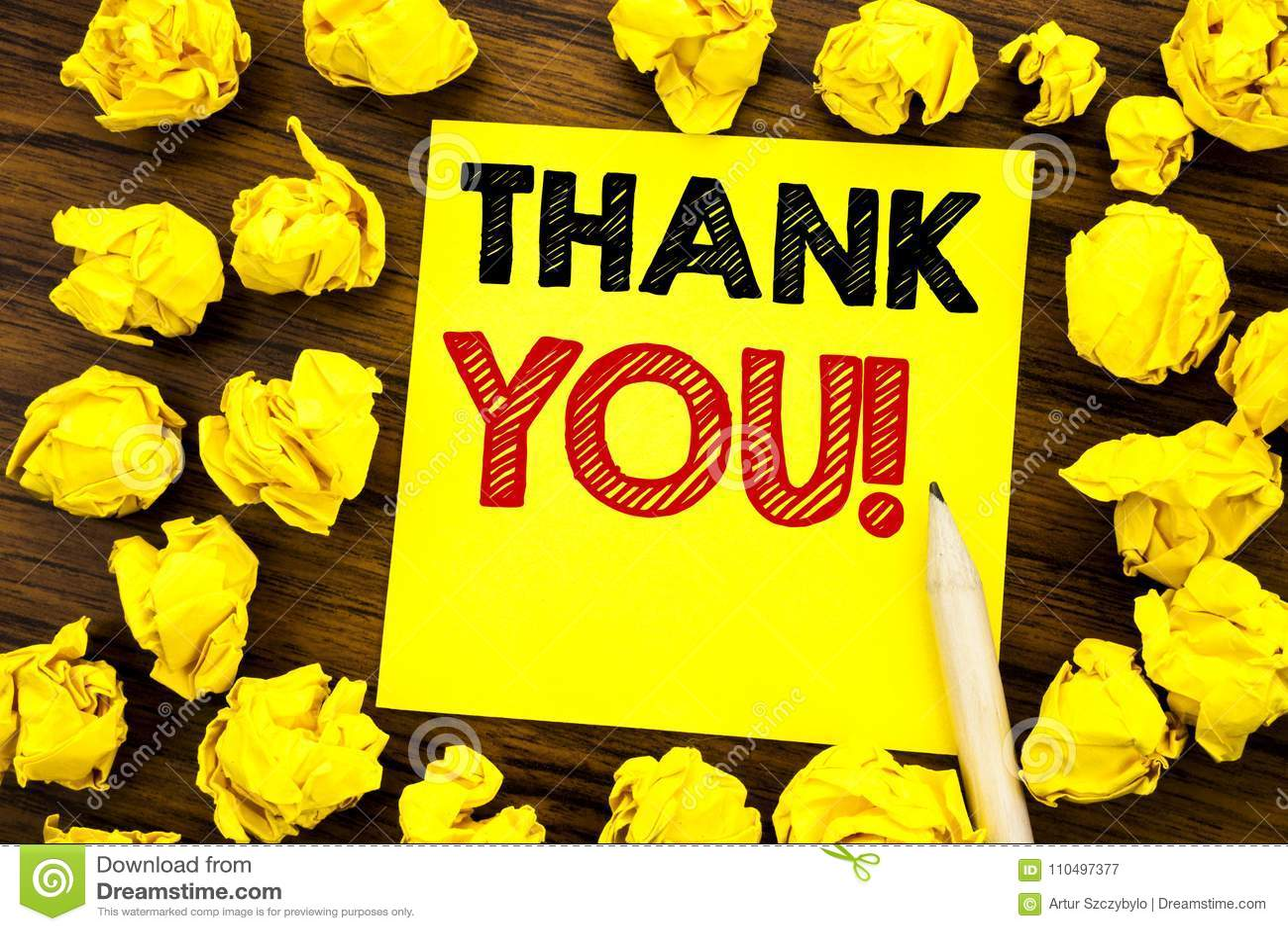 Текст сочинительства показывая спасибо Концепция дела для сообщения спасибо написанного на липкой бумаге примечания, деревянной п