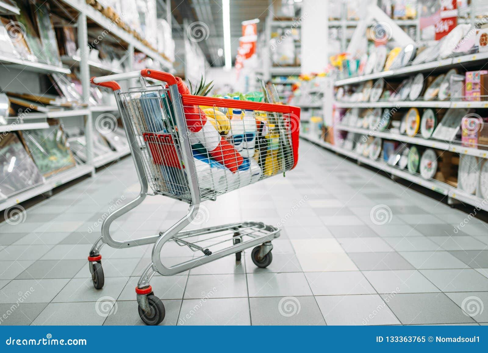 Тележка вполне товаров в супермаркете, никто