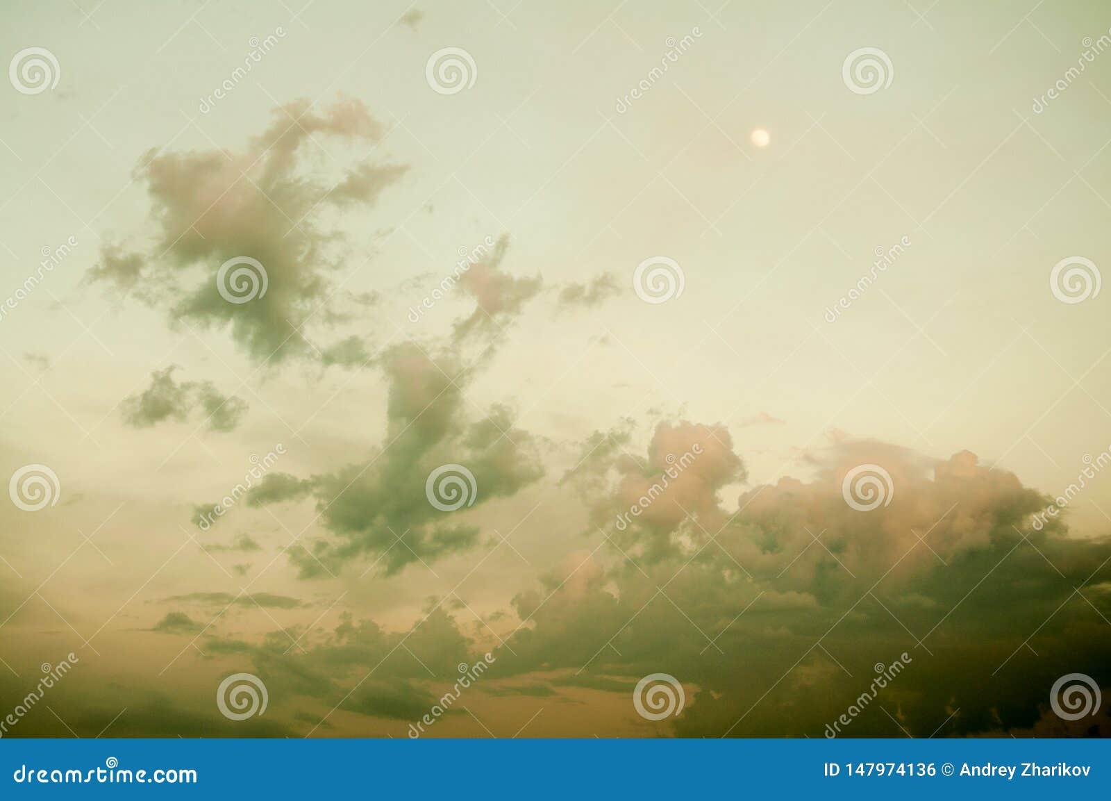 Темное желтое выравниваясь небо Молодая луна высока beautiful clouds