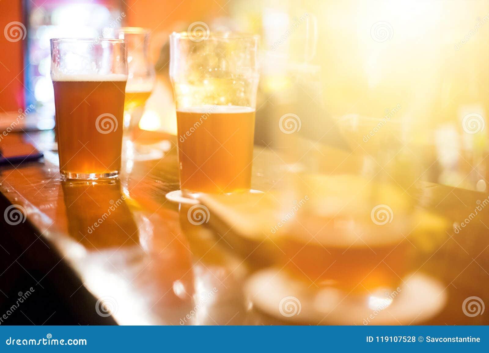 Темное пиво ремесла на баре