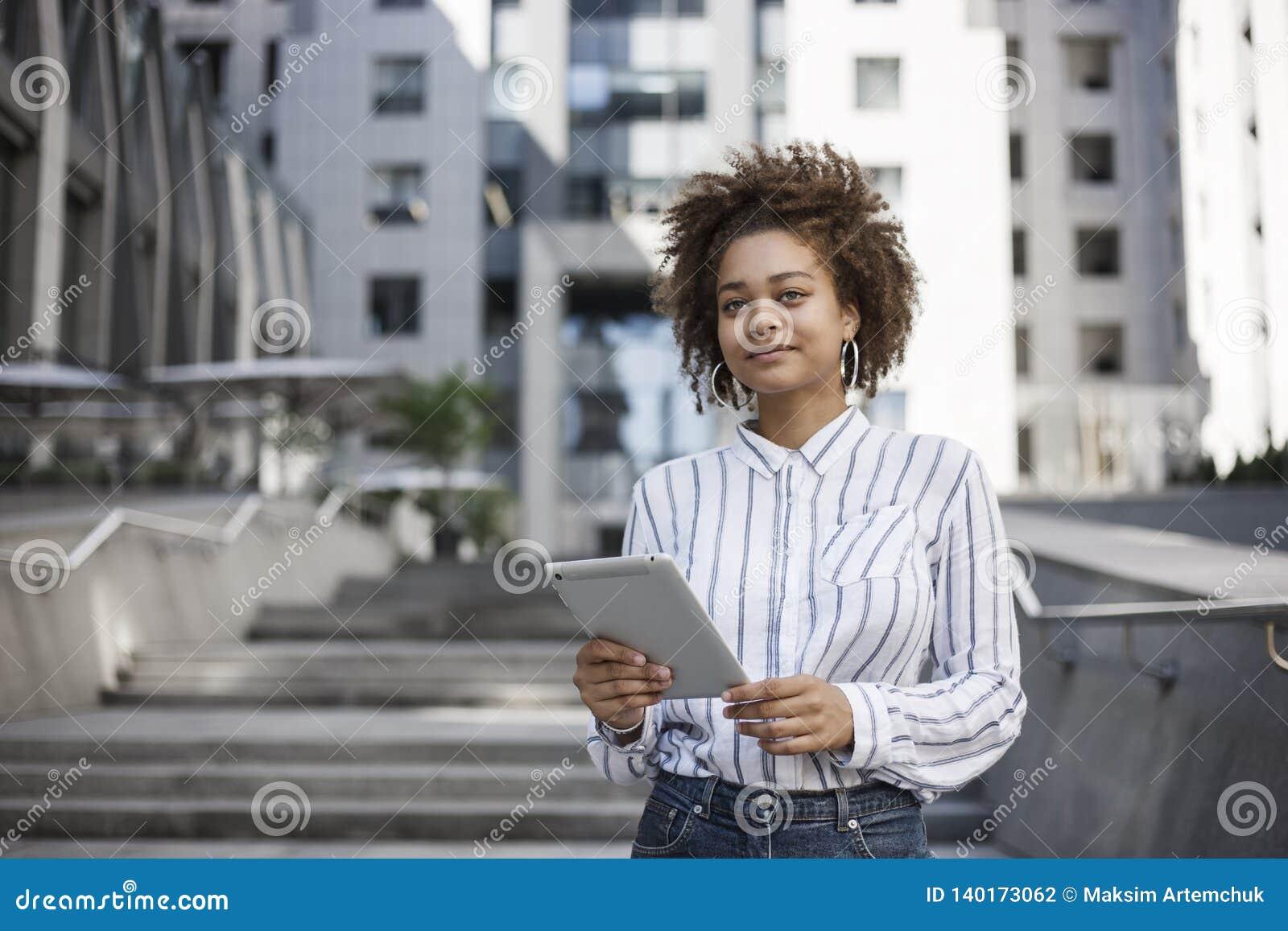 Работы на улице девушек ручные работы девушками