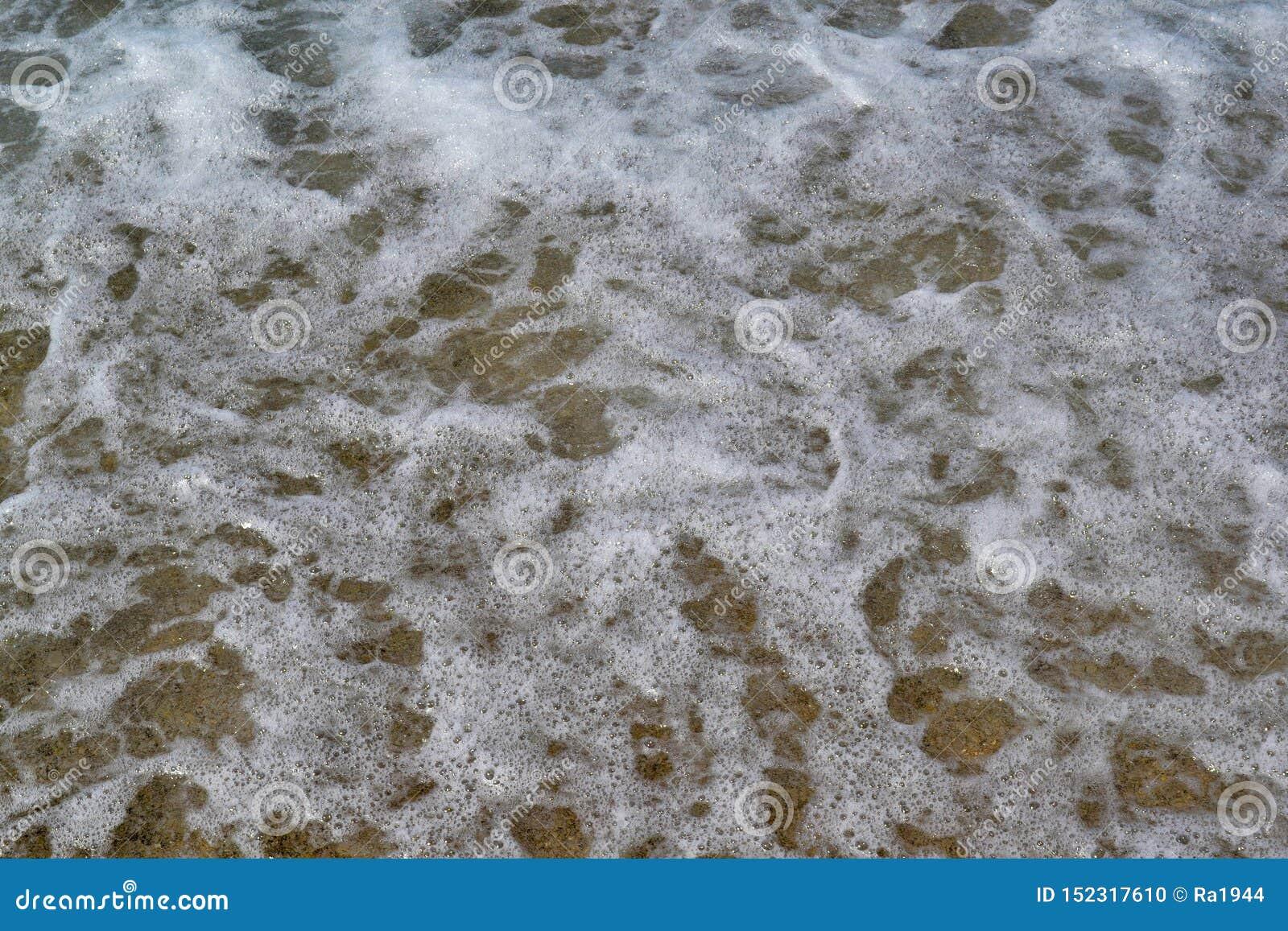 Темносиняя бурная поверхность морской воды с картиной пены и волн, фото естественной предпосылки