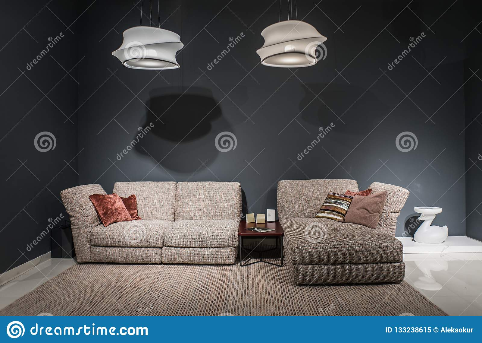 Темный интерьер комфорта просторной квартиры