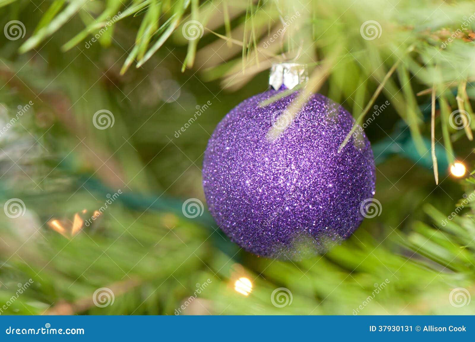 Темный фиолетовый орнамент рождества