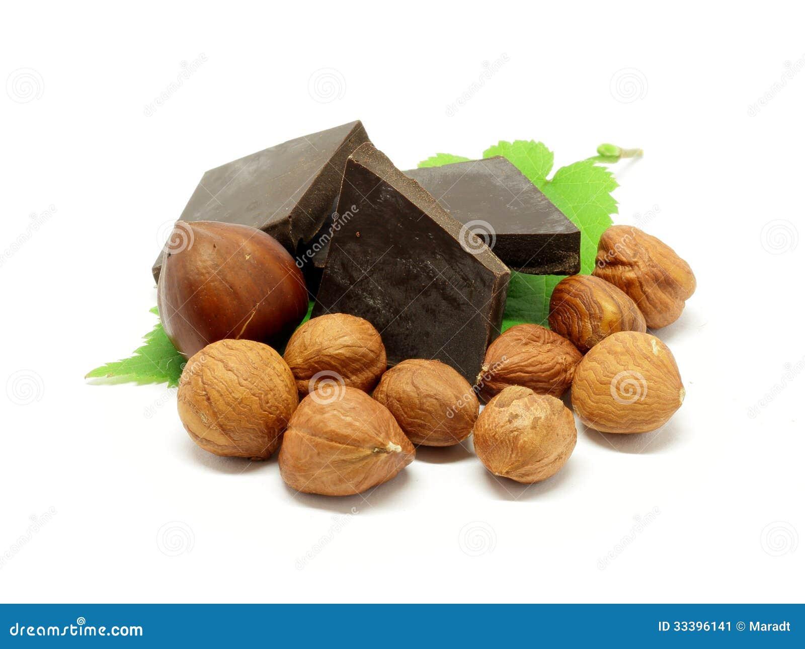 Темный шоколад с фундуками и листьями