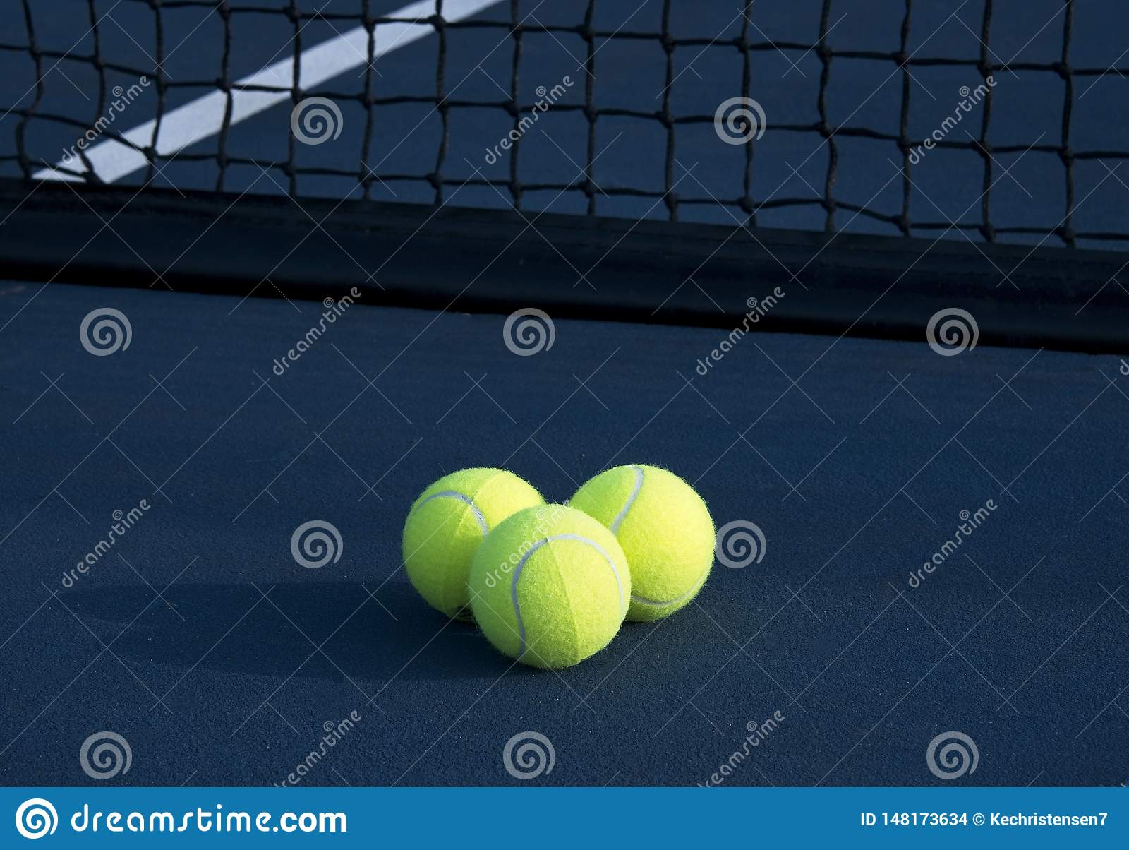 3 теннисного мяча на теннисном корте