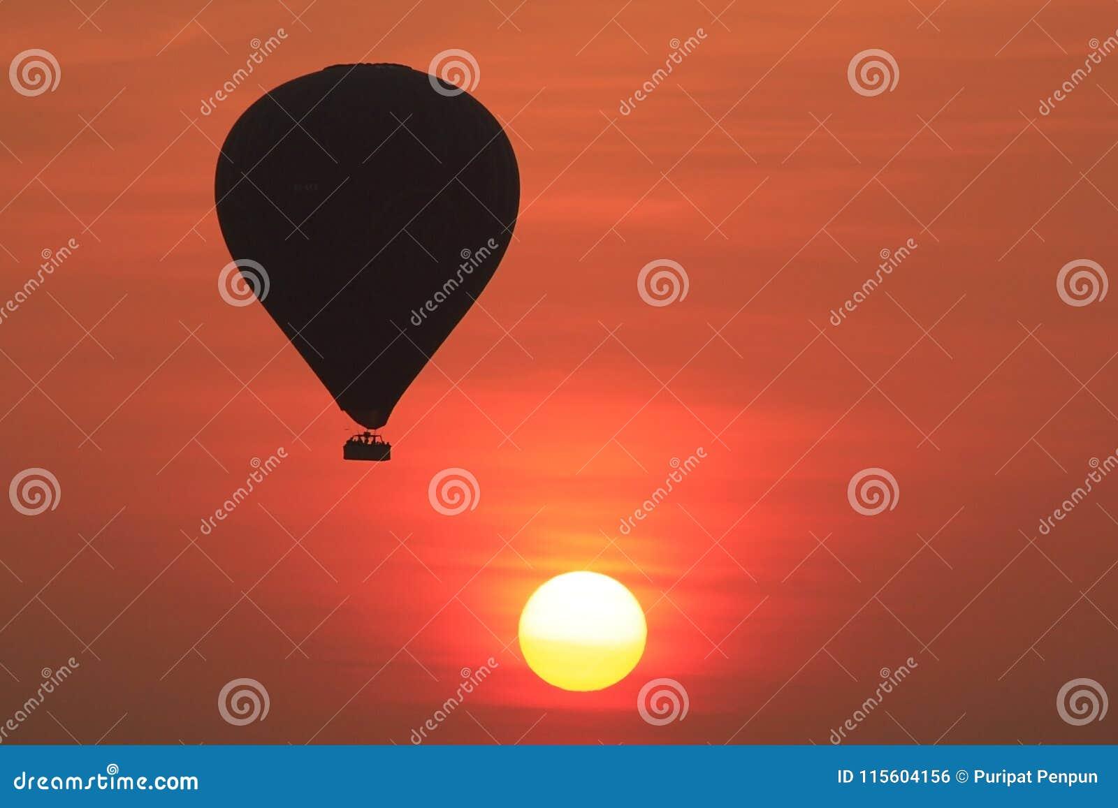 Тень воздушного шара когда восход солнца в bagan