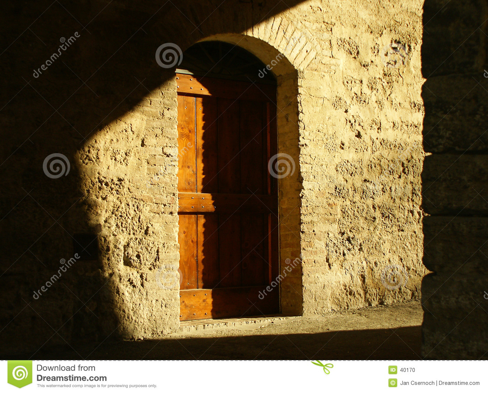 тень двери