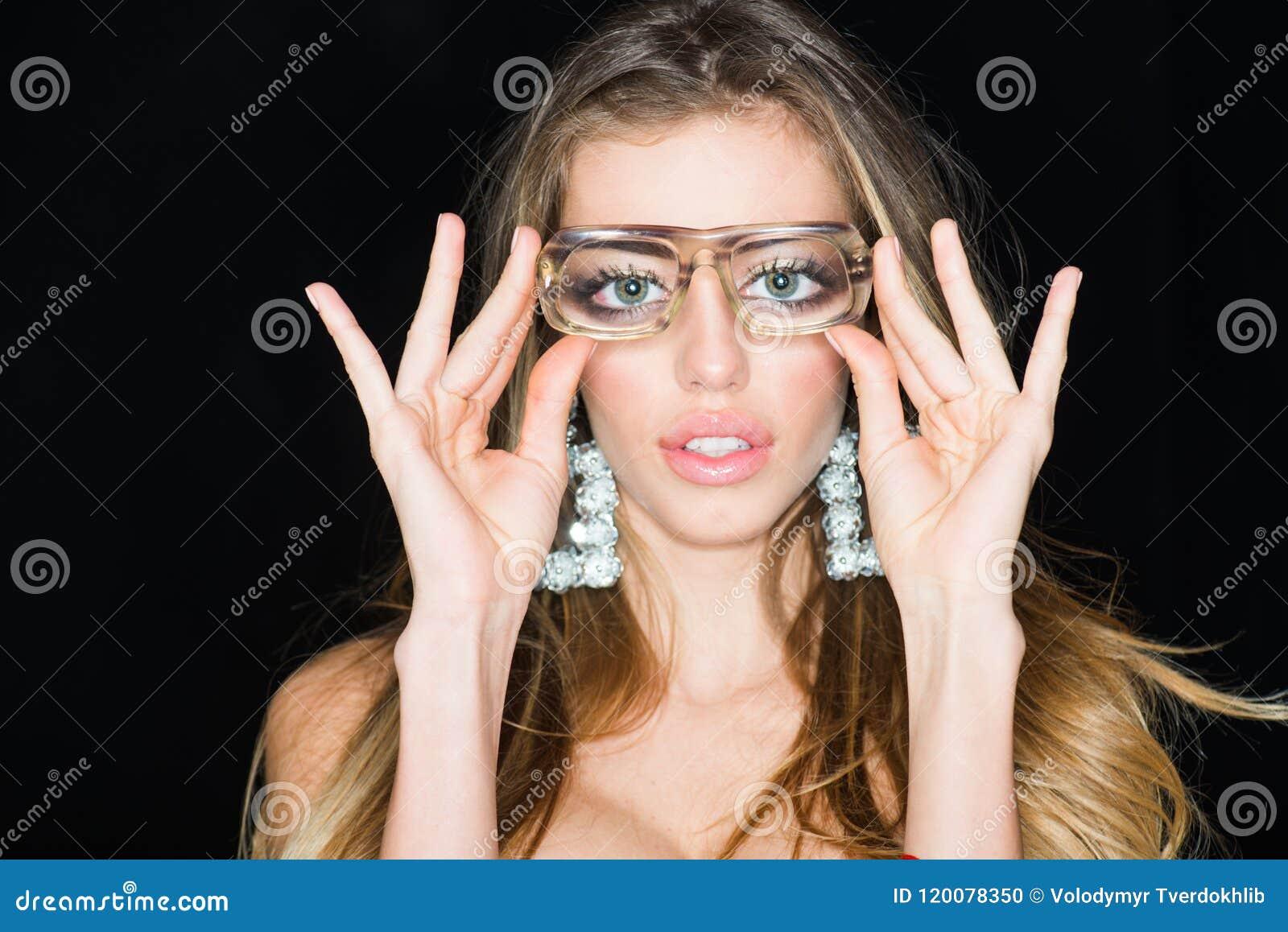 Теперь я могу увидеть вас хорошо Чувственные стекла моды носки женщины Женщина с увеличиванными глазами Девушка болвана с в стиле