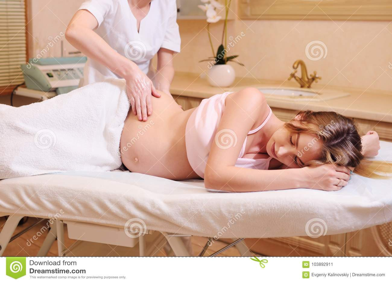 Беременная девушка на массаже видео индивидуалка индустриальном районе