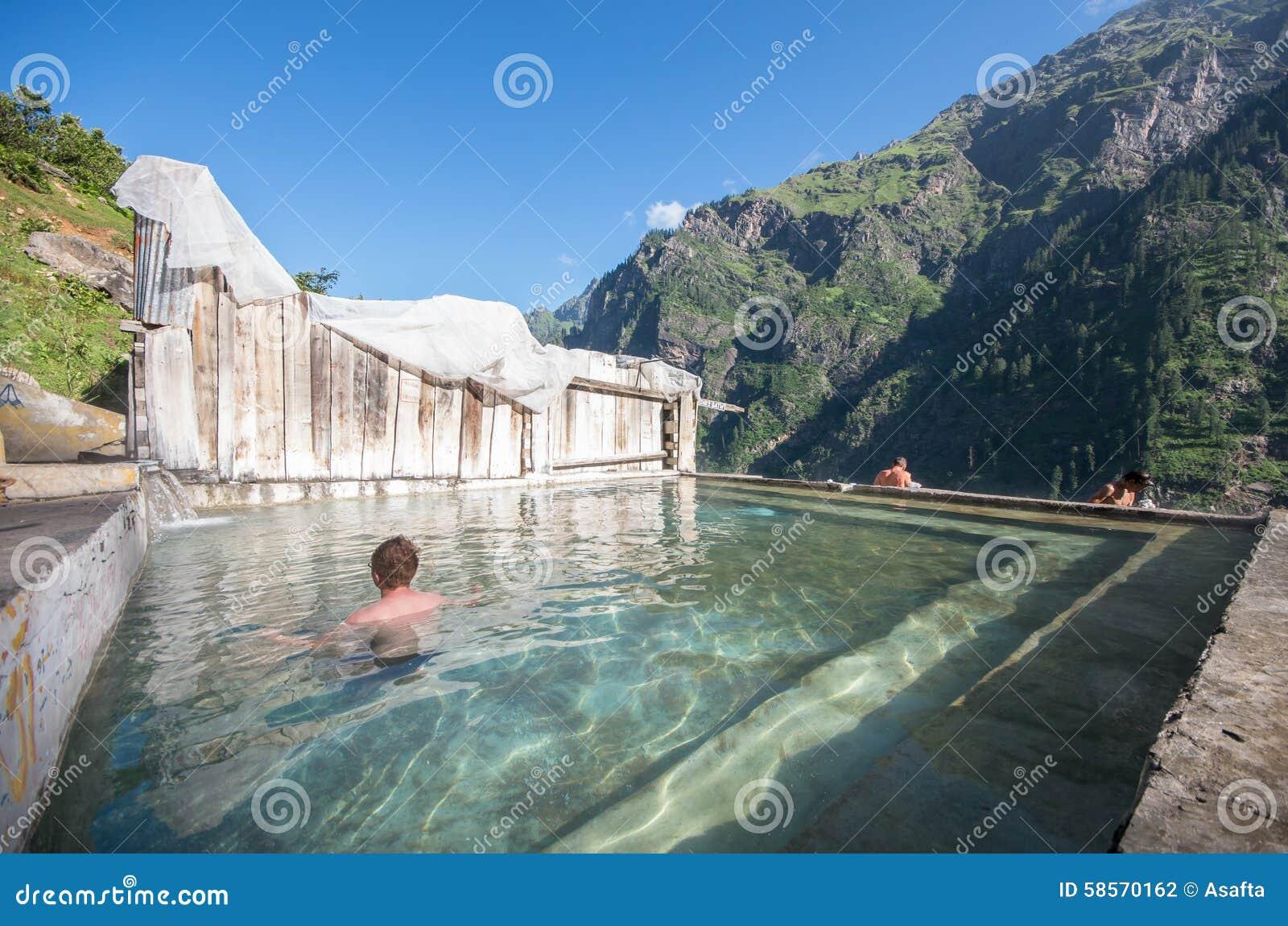 Термальная ванна на Khir Ganga - Индии