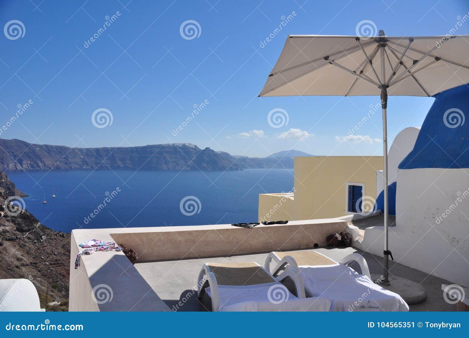 Терраса и шезлонги на кальдере острова Santorini Греция