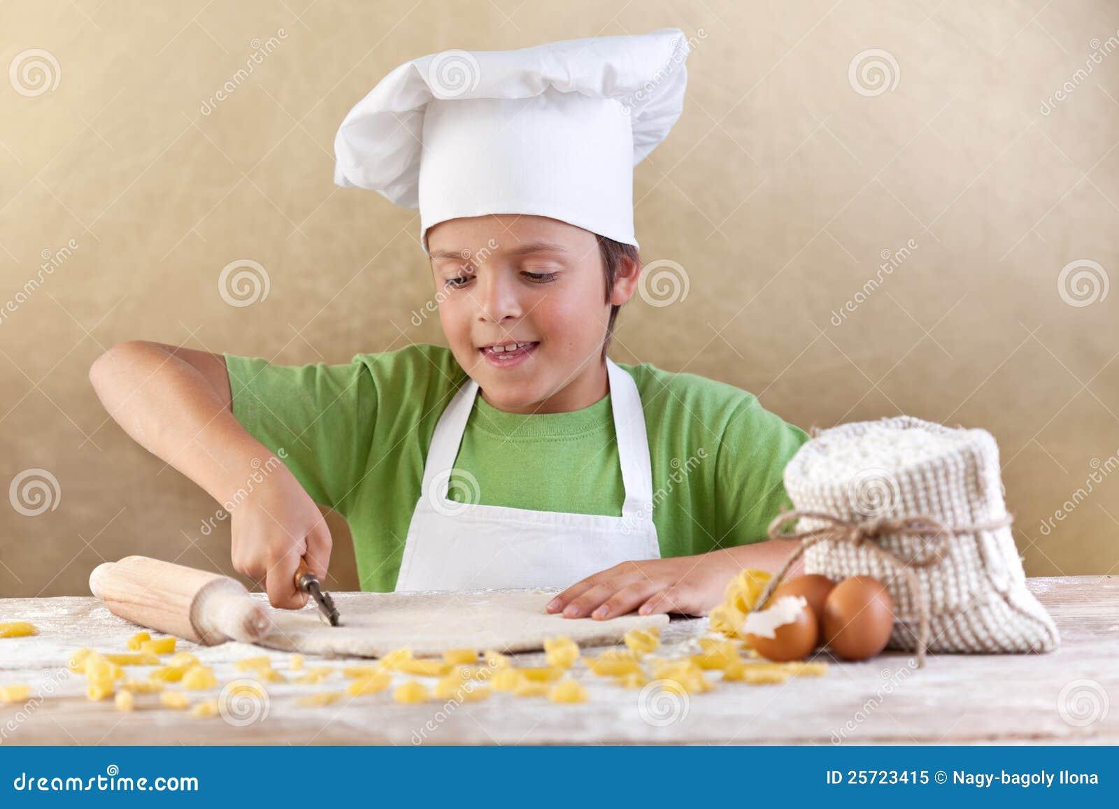 тесто вырезывания шеф-повара меньшие делая макаронные изделия