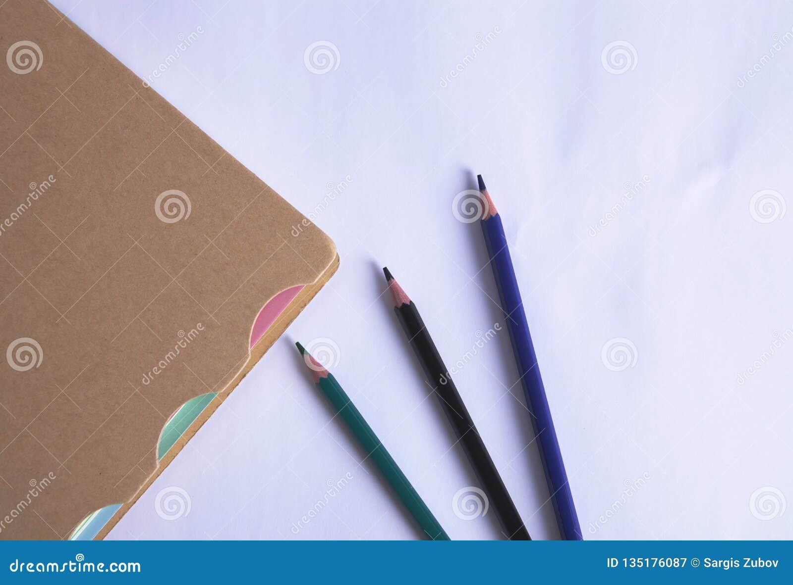 Тетрадь с карандашами