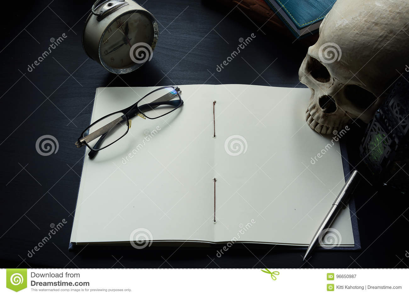 Тетрадь на столе, пустой космос на тетради для текста Enter