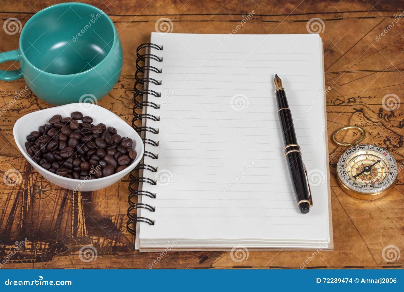Download Тетрадь с пустыми страницами, черной ручкой и карманн Стоковое Фото - изображение насчитывающей рассмотрение, карманн: 72289474