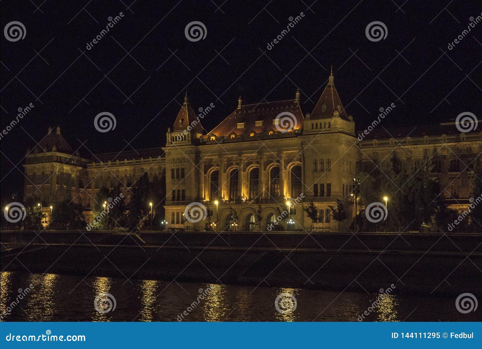 Технический университет Muszaki Egyetem в ночи Будапеште Венгрии