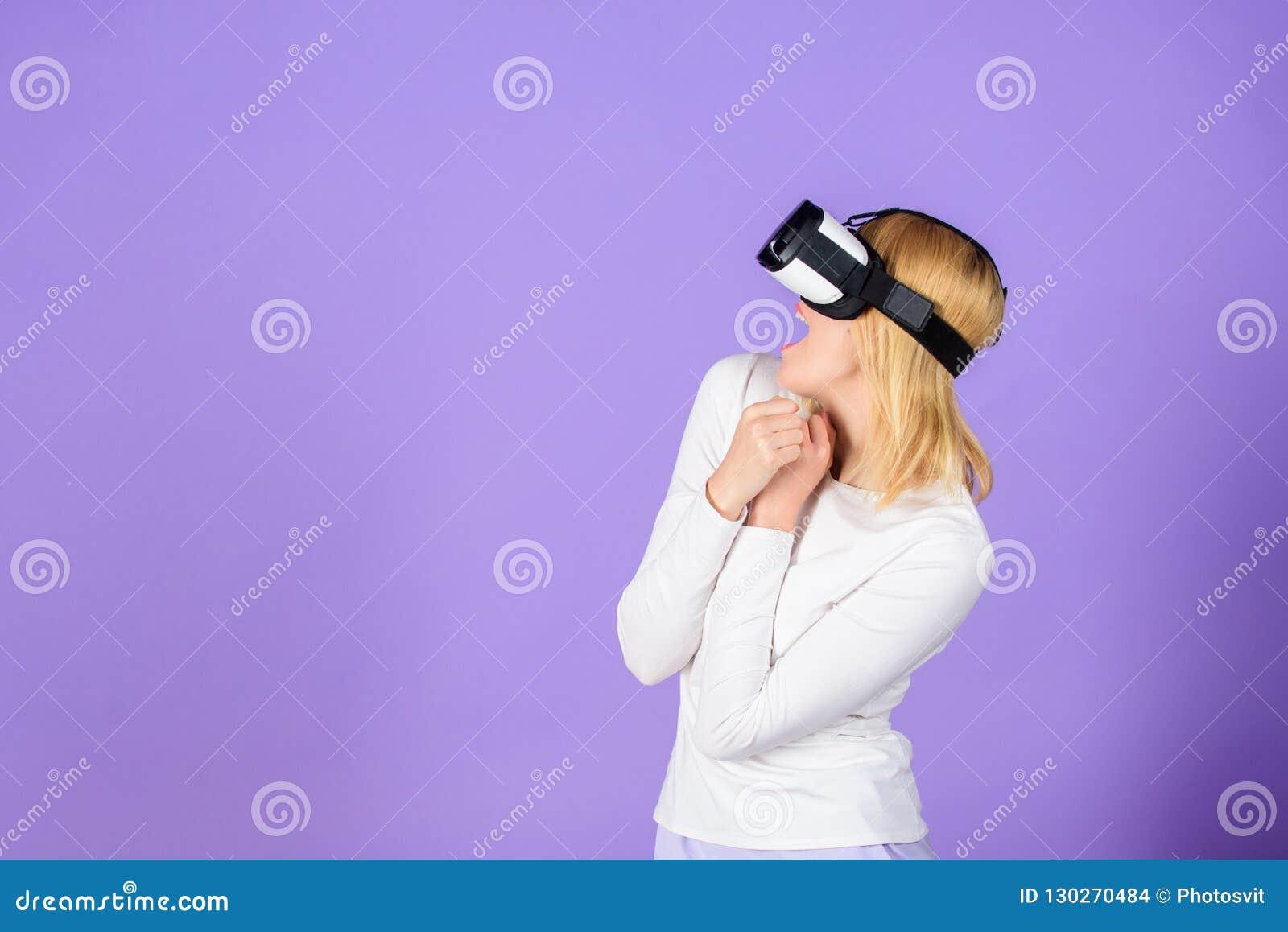 Технологии виртуальной реальности и будущего Шлемофон vr технологии пользы девушки современный Исследуйте виртуальную реальность
