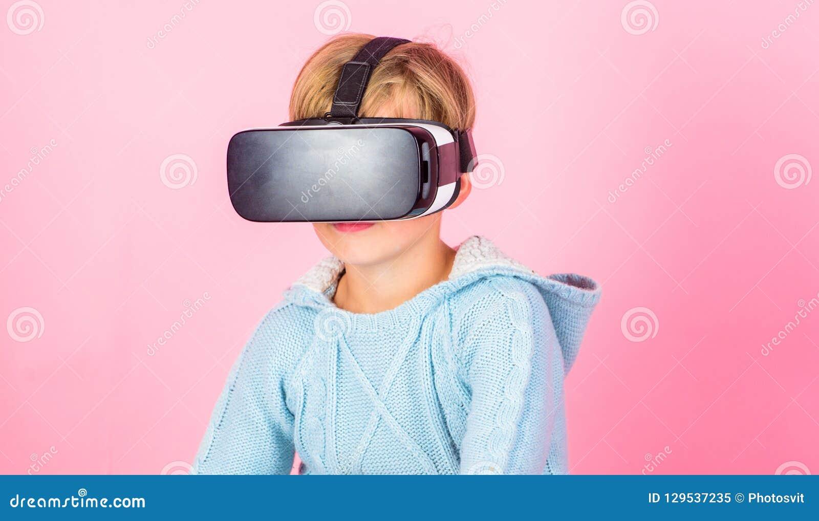 Технология будущего виртуальной реальности Откройте виртуальную реальность Предпосылка стекел vr носки мальчика ребенк розовая Иг