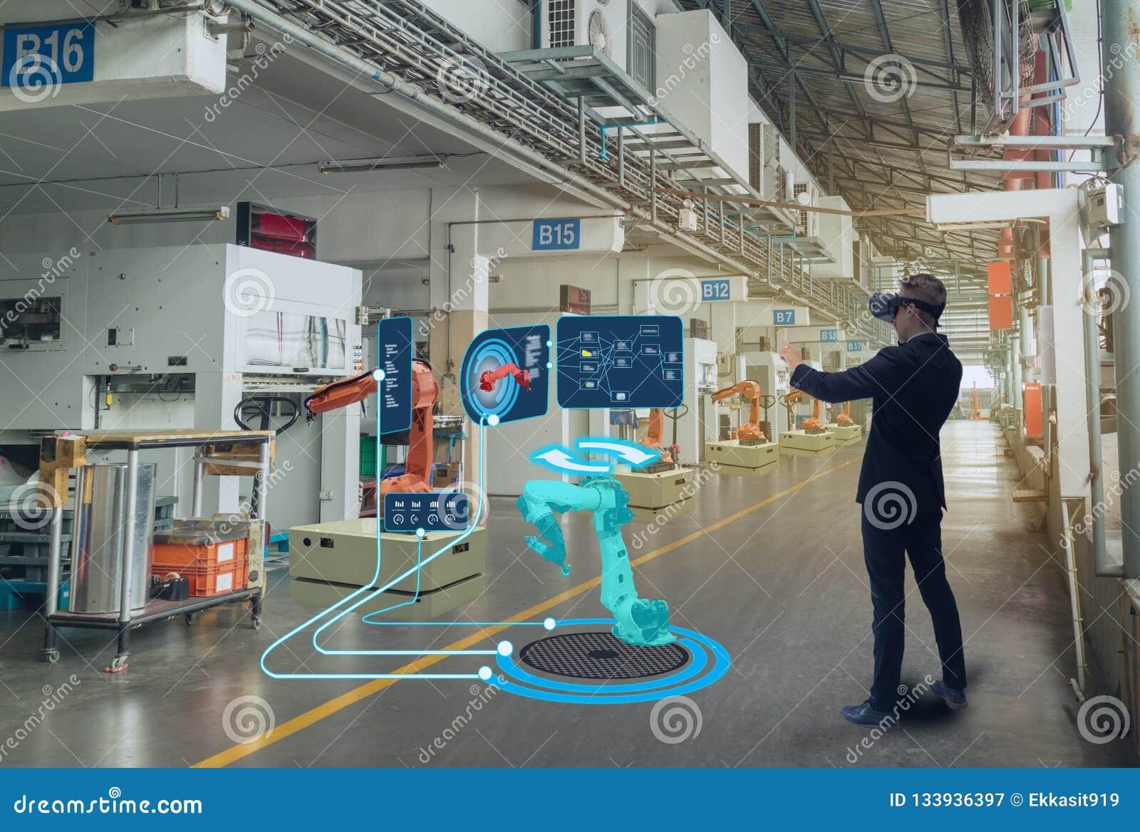 Технология Iot умная футуристическая в индустрии 4 0 концепций, польза инженера увеличила смешанную виртуальную реальность к восп
