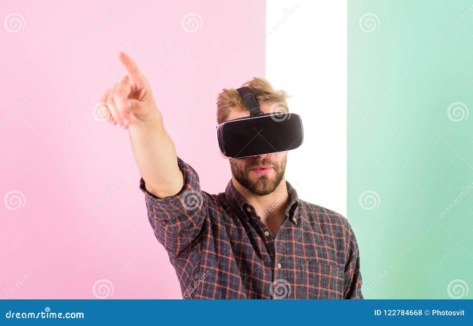 Технология Vr дает новые возможности в инженерстве Укомплектуйте личным составом небритые стекла виртуальной реальности парня, ро