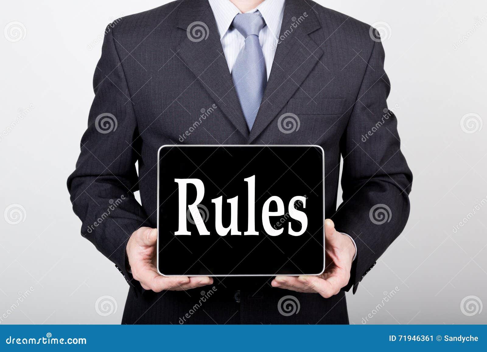 Технология, интернет и сеть в концепции дела - бизнесмен держа ПК таблетки с правилами подписывает Интернет