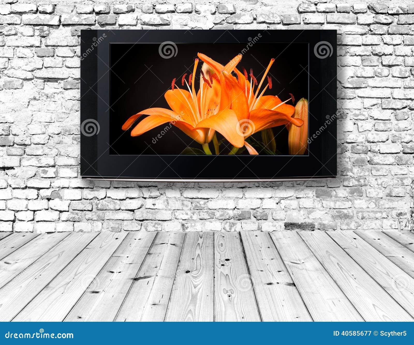 Телевизор на старой стене