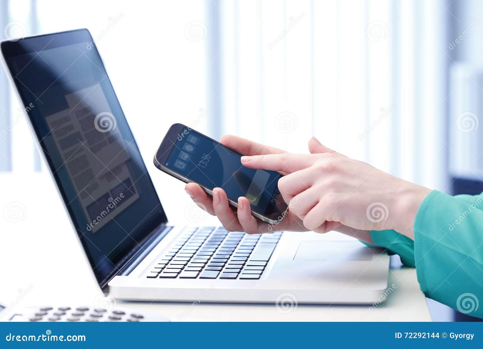 Download телефон выбирает вверх стоковое фото. изображение насчитывающей людск - 72292144