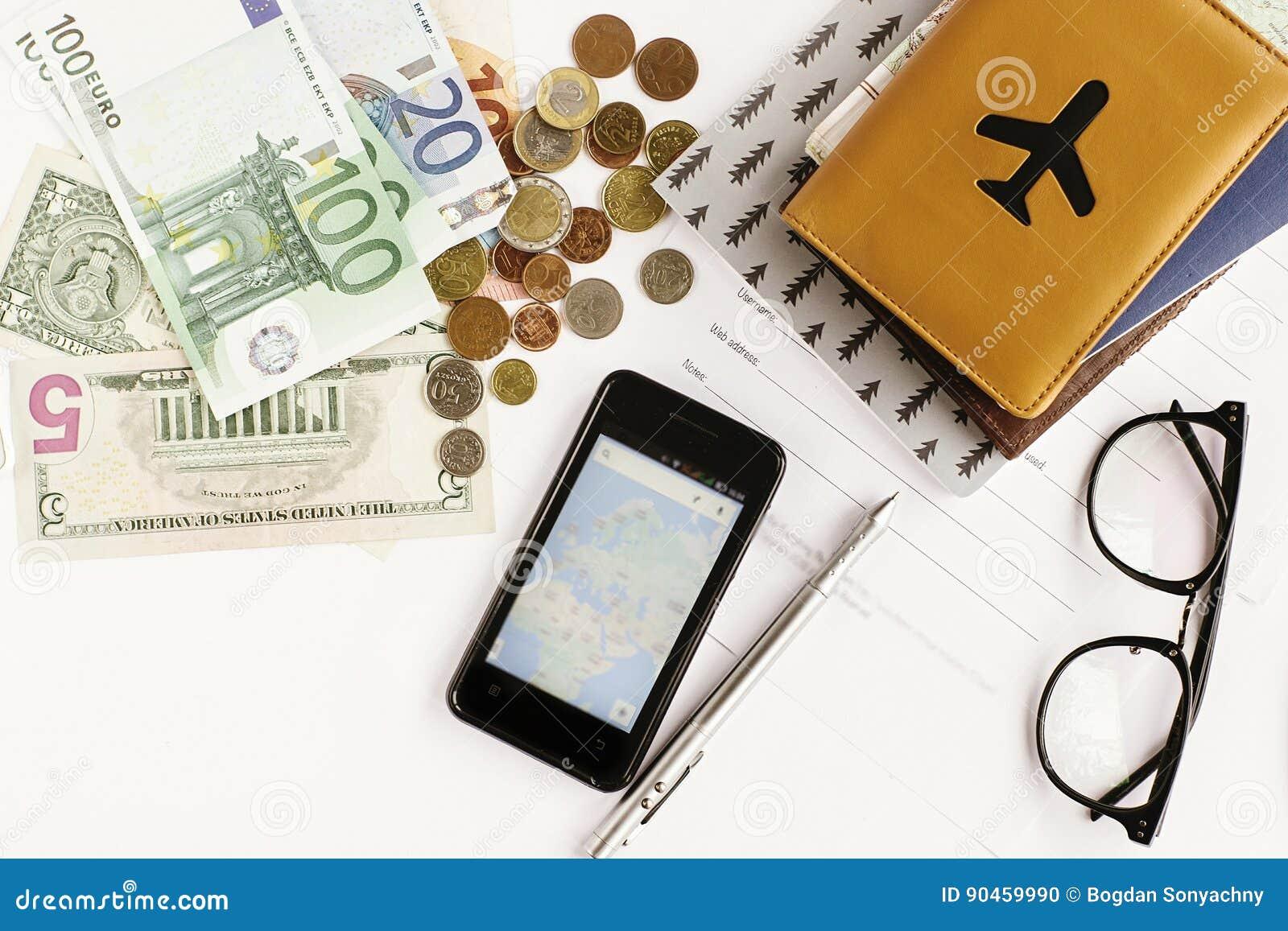 Телефон денег пасспорта с картой и стекла на белой предпосылке,
