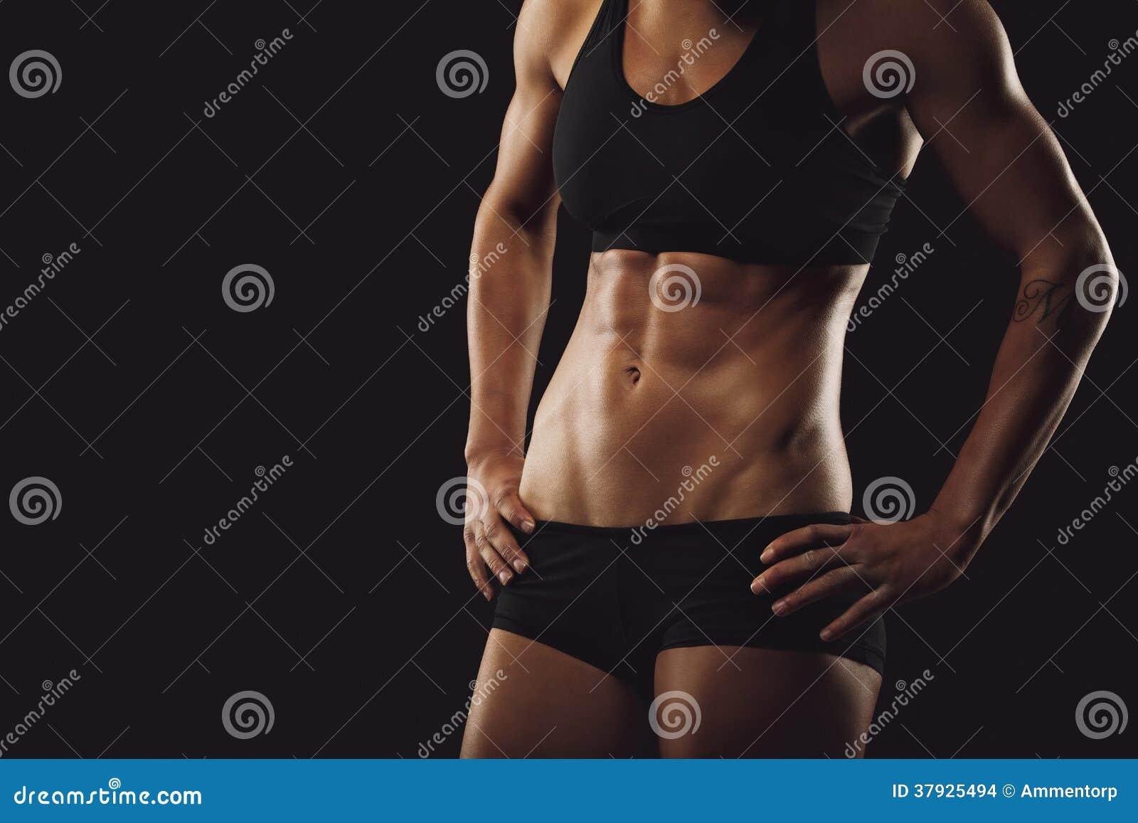 Тело женщины с мышечным abs