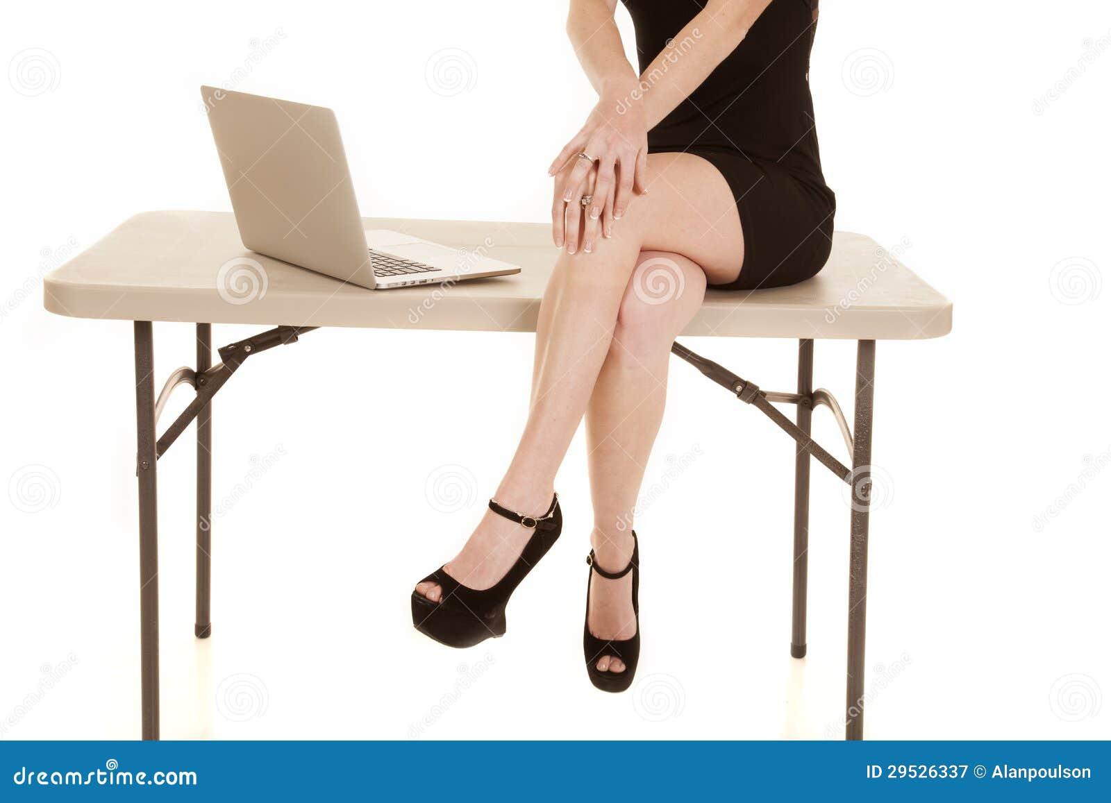 Тело и ноги женщины сидят компьютер таблицы