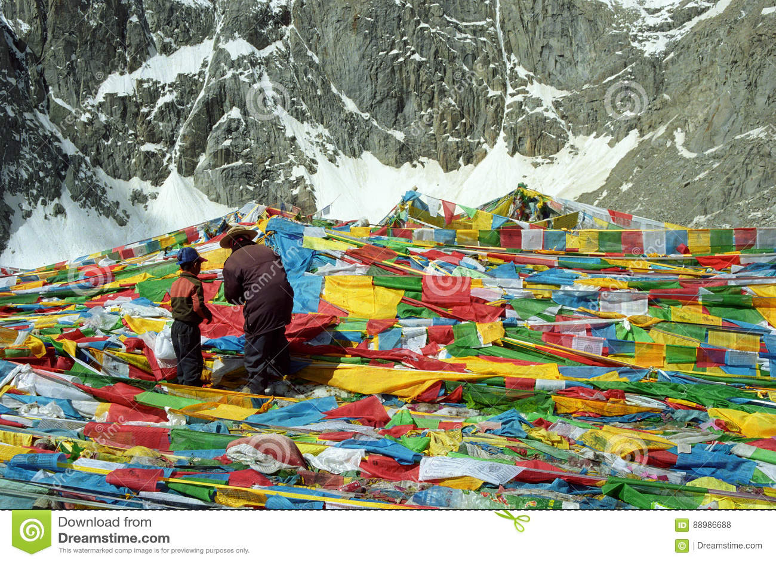 Тибетские паломники будут отцом и сын висит флаги Lungta молитве на пропуске Ла Drolma