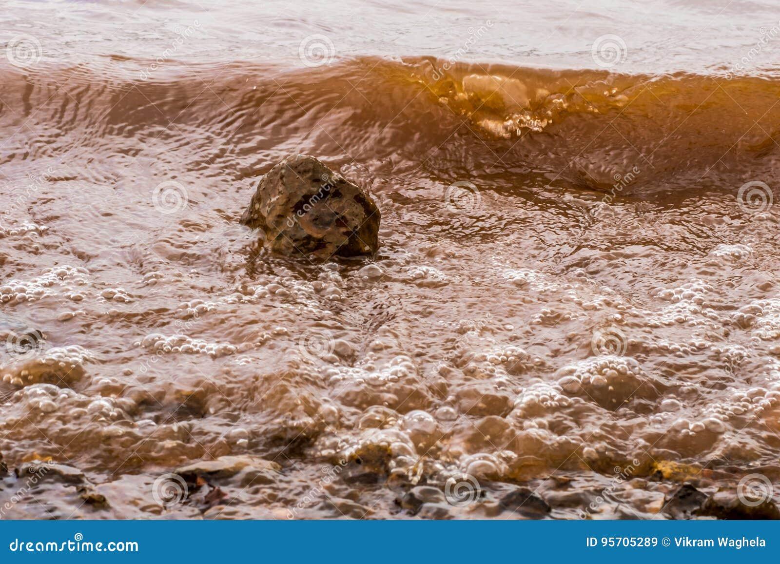 Тинные волны воды ударяя утес, Panshet
