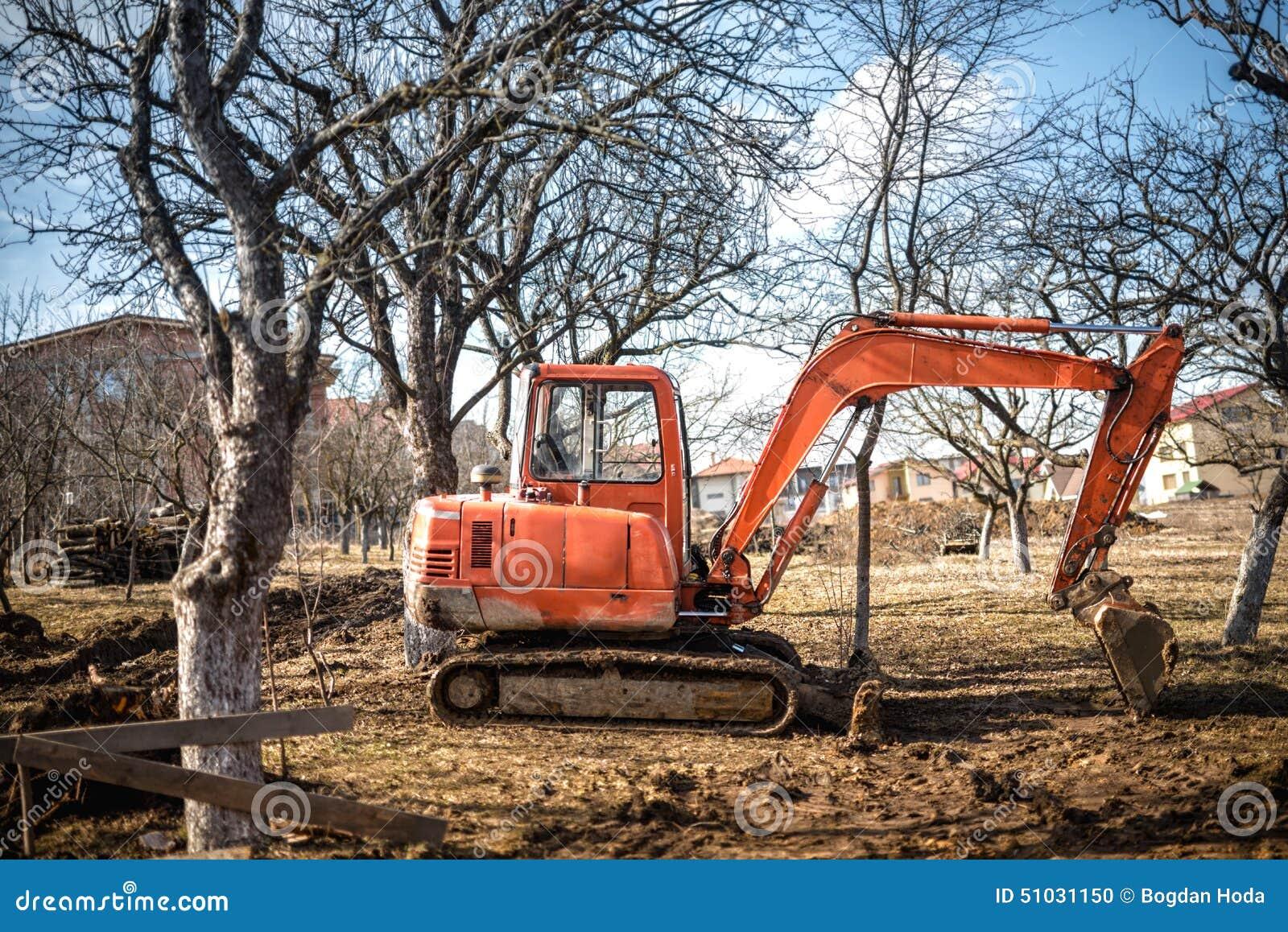 типа След затяжелитель экскаватора, backhoe работая на земле и нагружая на строительной площадке дома