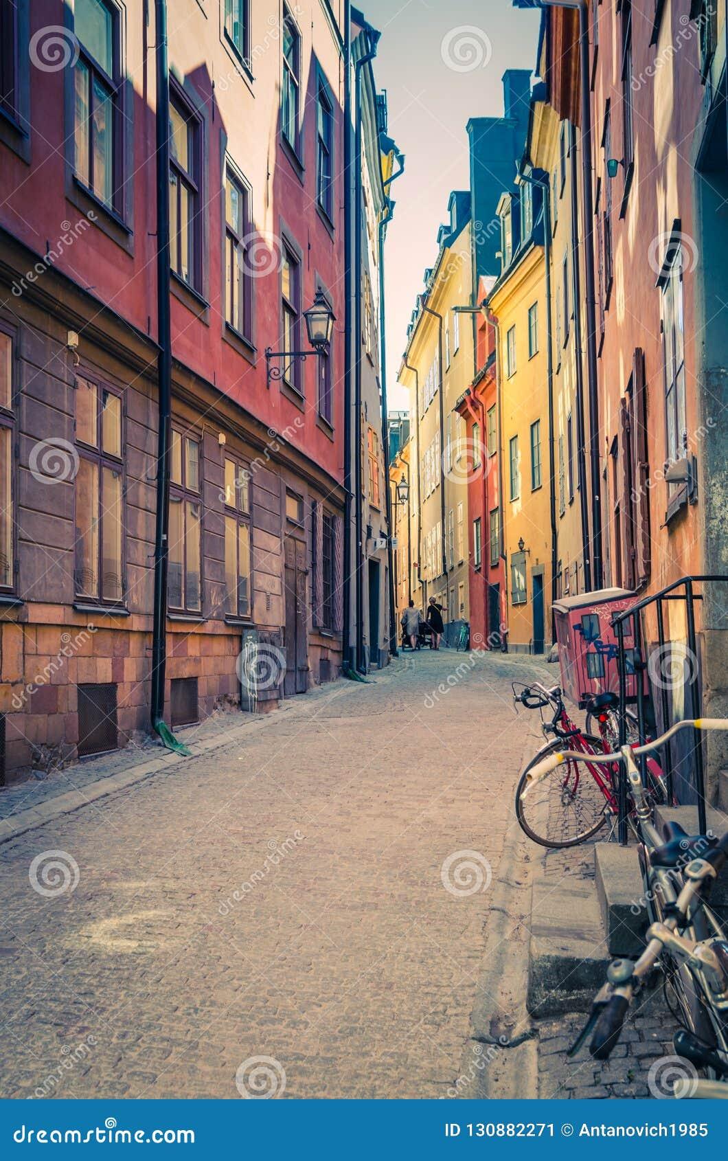 Типичная узкая улочка Швеции с булыжником, Стокгольмом, Швецией
