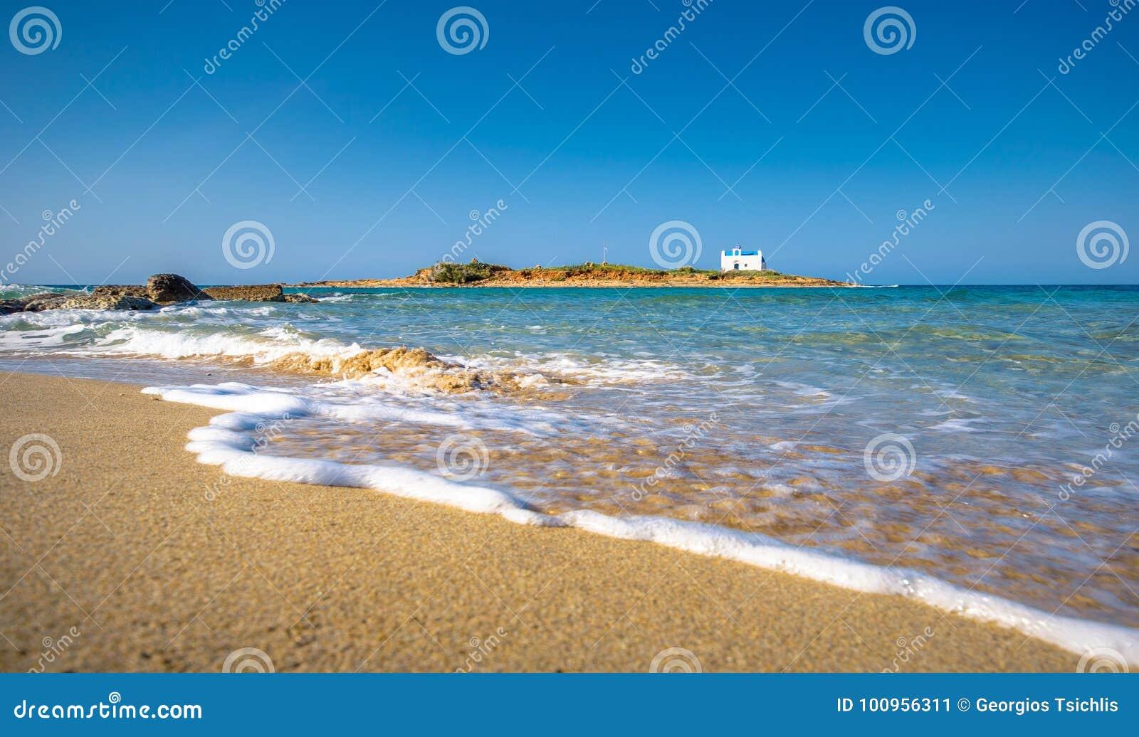 Типичное изображение лета изумительного наглядного взгляда песчаного пляжа и старой белой церков в малом isl