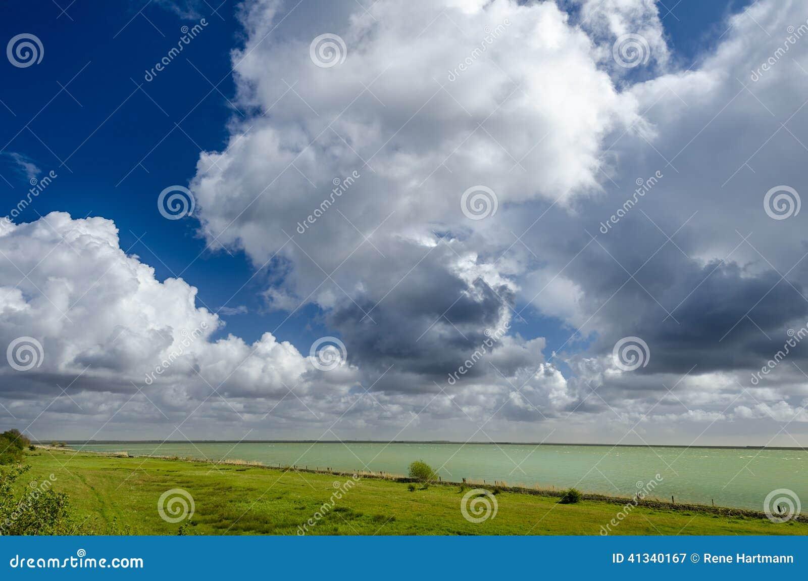Типичное небо в Голландии; Облака кумулюса