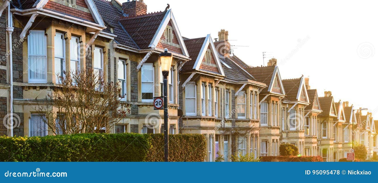 Типичные английские террасные дома в Бристоле на восходе солнца