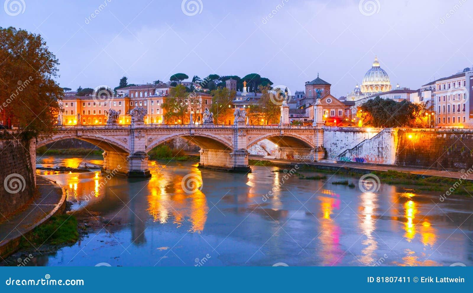 Типичный взгляд над рекой Тибром и Ватиканом в Риме