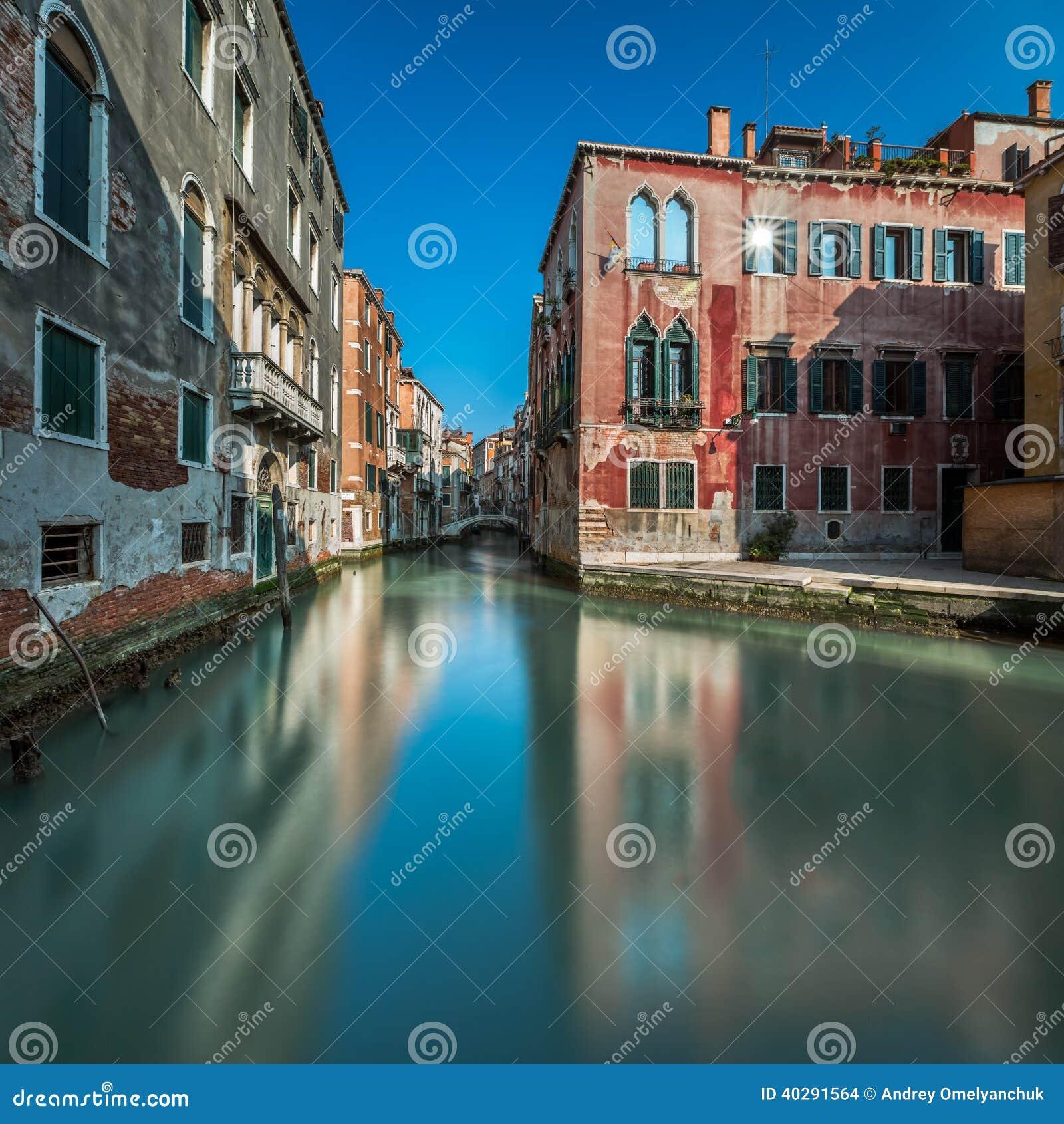 Типичный канал, мост и исторические здания