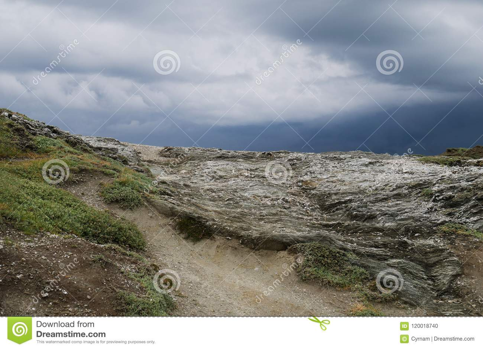 Типичный одичалый ландшафт в Бретани с изумительным темным облачным небом, уникально запустелой сельской местностью с никто