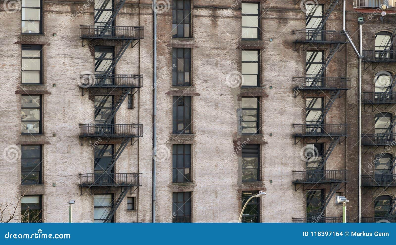 типичный старый фасад дома в Нью-Йорке
