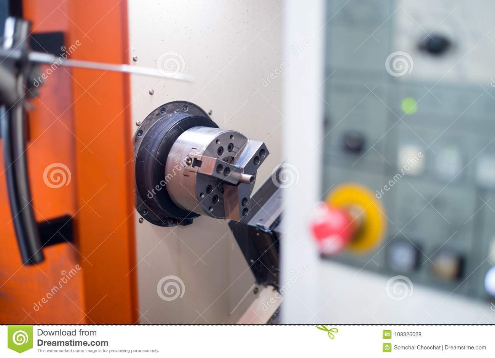 Токарный станок CNC в процессе производства